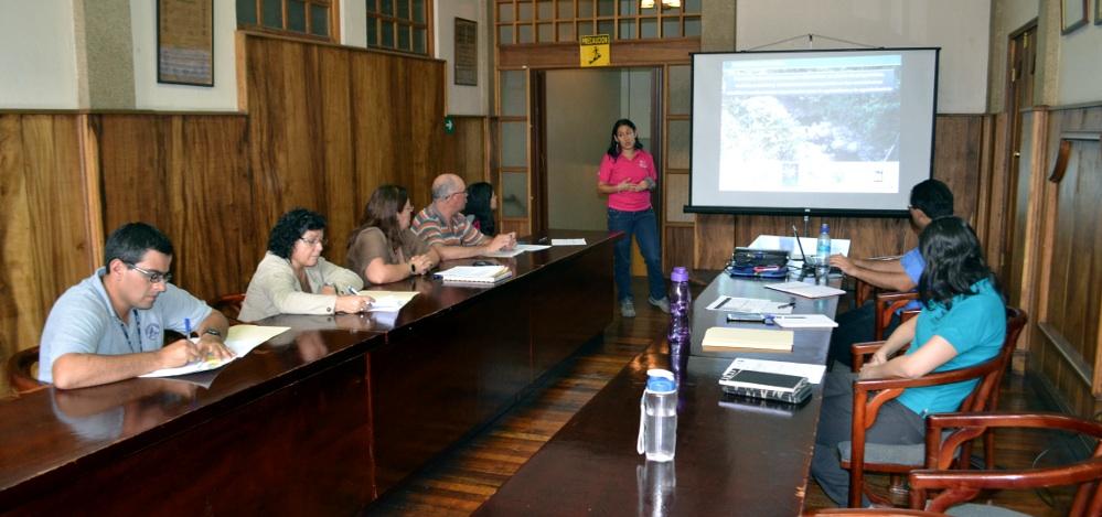 Ing Karla Ruiz, informando de los resultados de las investigaciones en la Quebrada Sanatorio.